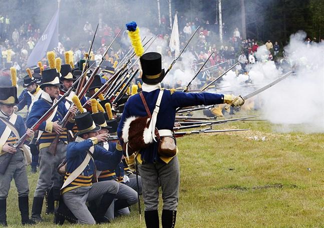 Krutröken låg tjock över Oravais slagfält när soldaterna avfyrade sina musköter i snabb takt. Bilden är från 2008 när cirka 6000 personer kom för att se 300 soldater återskapa slaget i Oravais för då exakt 200 år sedan. På lördag och söndag 4-5 augusti firas att det är 210 år sedan slaget