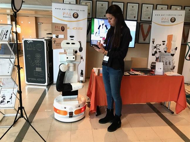 Judith Viladomat förevisar serviceroboten Tiago, som kan hjälpa äldre personer att bo kvar hemma längre.