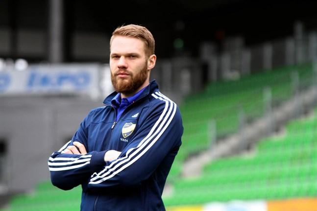 Casper Källberg lämnade Vasa IFK för spel i svenska Oskarshamn AIK i våras. Nu har han brutit kontraktet i samförstånd med klubben.