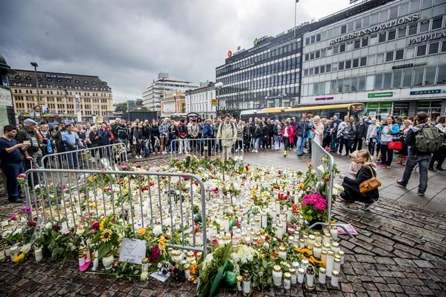 Dagen efter terrordådet den 18 augusti 2017 samlades folk på torget i Åbo för att lägga ner blommor och hedra offren.