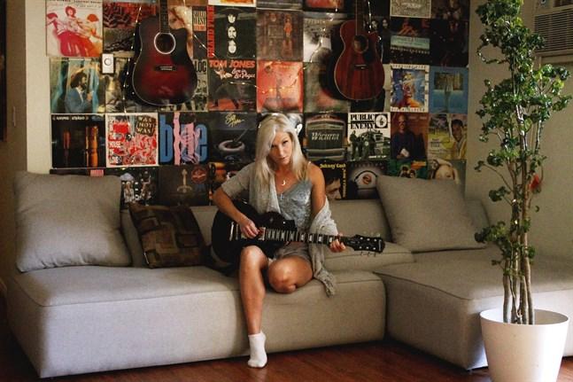 Isabella Sundström varvar musikskapandet med jobb som bartender.