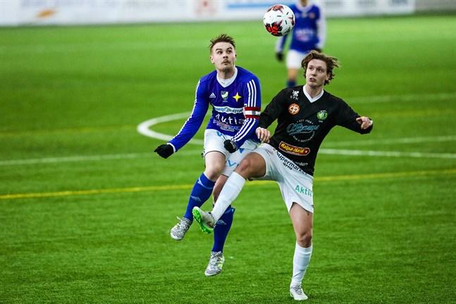 Jonas Pitkäkangas, här i kamp med mittfältaren Antonio Hotta, hann både göra mål och bränna en straff innan han blev utbytt i halvtid.