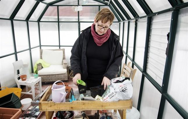Ulrica Taylor har många odlingsprojekt på gång hemma i sitt växthus i Karperö. Hon tänker utnyttja extra tid hemma till max.