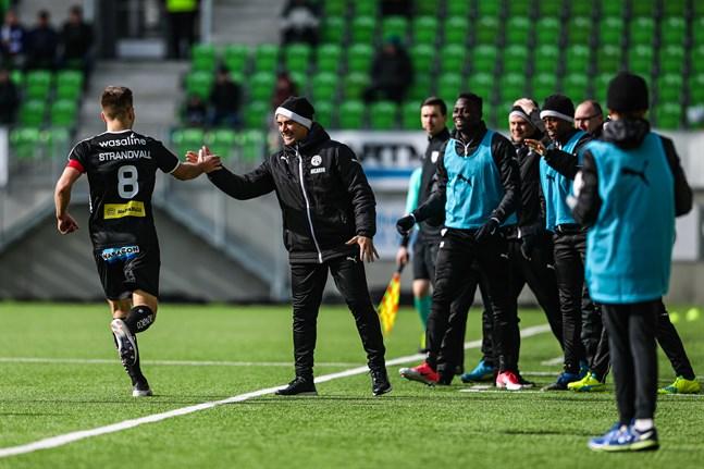 Sebastian Strandvall firar sitt mål mot FC Inter i ligapremiären 2018 genom att ge den assisterande tränaren Ricardo Duarte en high five.