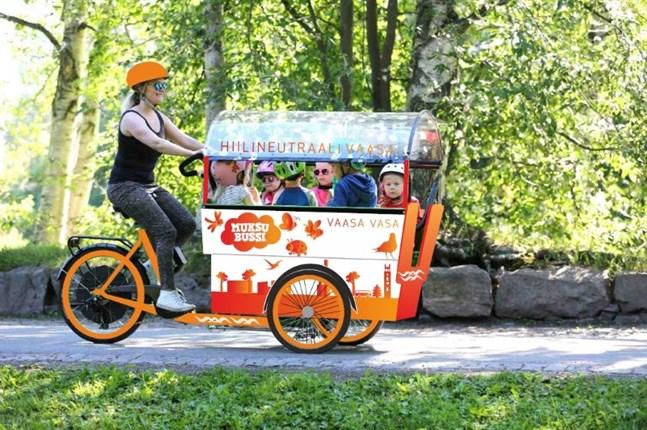 Fyra till åtta barn kan samtidigt transporteras med elcyklarna, kallade småttingbussar.