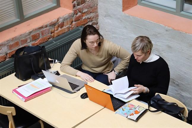 Nathalie Brännkärr och Laura Korpi är tveksamma till att studerande kan antas enbart på basis av betyg. De tycker att urvalsprov är en bra möjlighet att visa om man är intresserad av ämnet.