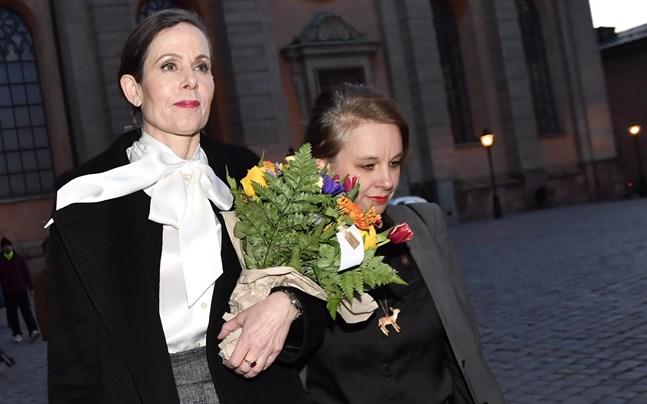 Den avgående ständiga sekreteraren Sara Danius lämnade Akademien iklädd knytblus.