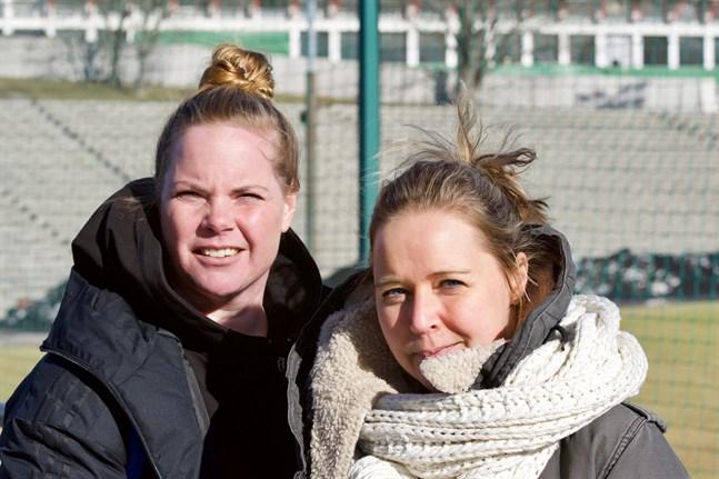 Sanna Malaska (t.v.) och Heidi Lindström har levt sina liv med fotbollen. De vill se klara spelregler för tränare och spelare.
