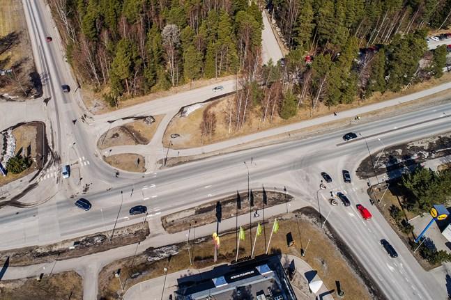 I över två decennier har staden väntat med att åtgärda de farliga korsningarna vid Bottenviksvägen, Östra Ringvägen och Kållbyvägen, skriver Sebastian Back.