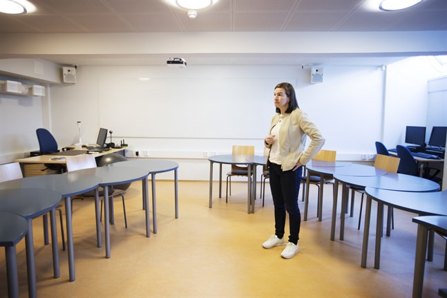Klassrummet är klart för studerandena på det nya förberedande gymnasieåret. Nu hoppas rektor Anne Levonen på många sökande till utbildningen.