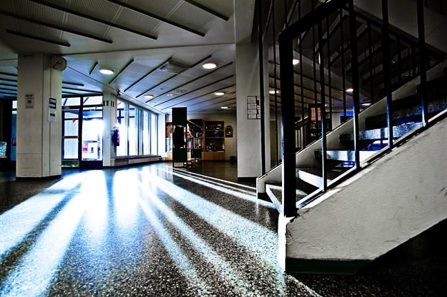 Nästa vecka lär det eka tomt i aulan vid Sursik högstadium i Pedersöre.