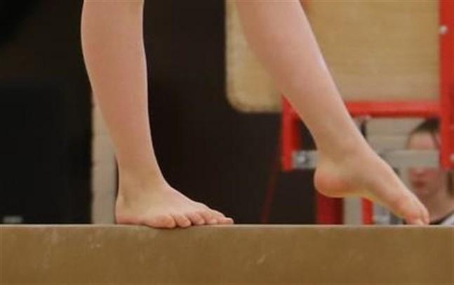 Finlands gymnastikförbund har nolltolerans mot osakligt och opassande beteende, säger generalsekreteraren. Föräldrar har inlämnat klagomål mot en tränares metoder i Närpes och enligt uppgift är nu fallet under utredning. Bilden har inget samband med det aktuella fallet.