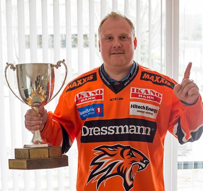 Christer Nylund från Jakobstad har varit ishockeytränare på heltid i Norge i 8 år.