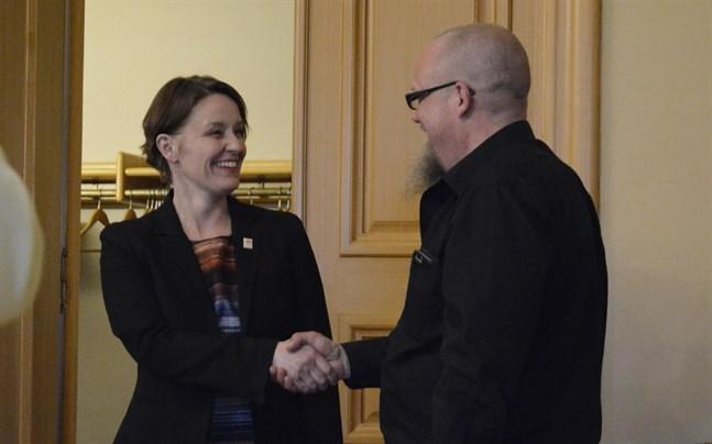 I april 2018: Tekniska direktören Ari-Johan Myllyniemi lyckönskar Mila Segervall till tjänsten som ny stadsdirektör. Nu har direktörerna olika åsikter om lämpligheten i att Myllyniemi ska kunna ha ett företag som bisyssla.