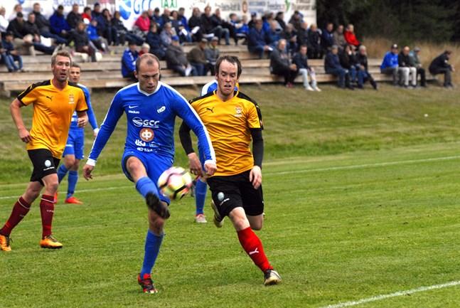 Johan Forsén (blå tröja) gjorde hattrick för Esse IK.