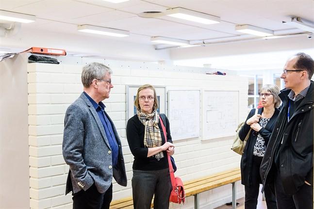 Rune Hagström (till vänster) i samtal med Tuula Putus, läkare och specialist på arbetshälsovård, vid ett möte om inomhusluften vid Oxhamns i Jakobstad den 24 april 2018. Marit Björkstrand lyssnar.