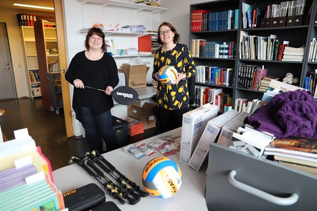 Bibliotekschefen Marita Ahola och Anna Pakka, servicechef, ser fram emot att få börja låna ut idrottsredskap, som racketar och bollar.
