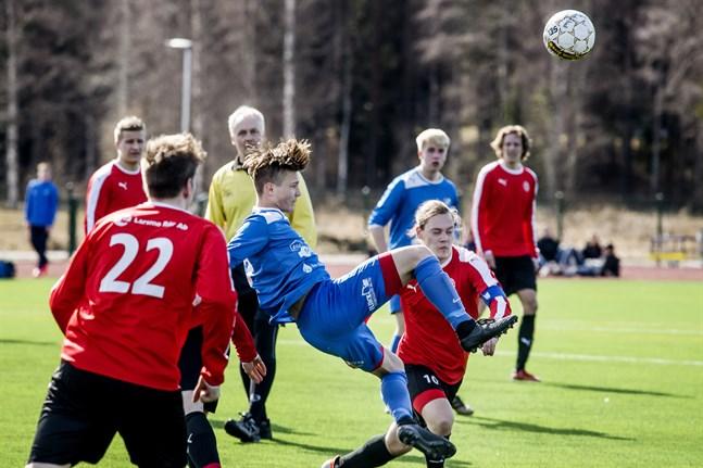 Esse IK och Larsmo Bollklubb har goda möjligheter kämpa i toppen av serien. Bilden är från mötet i Larsmo när konstgräsplanen officiellt invigdes.