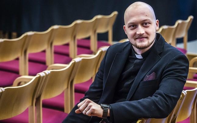 Niklas Wallis har tjänat Kronoby församling i fyra år. Nu blir han ny kyrkoherde i församlingen.