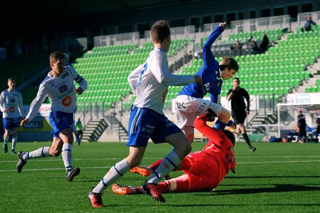 Daniel Håkans var pigg framåt för Vasa IFK. I den här sekvensen blev han avvinkad för offside.