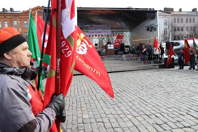 På grund av pandemin blir det inte heller i år några röda fanor på torget i Vasa