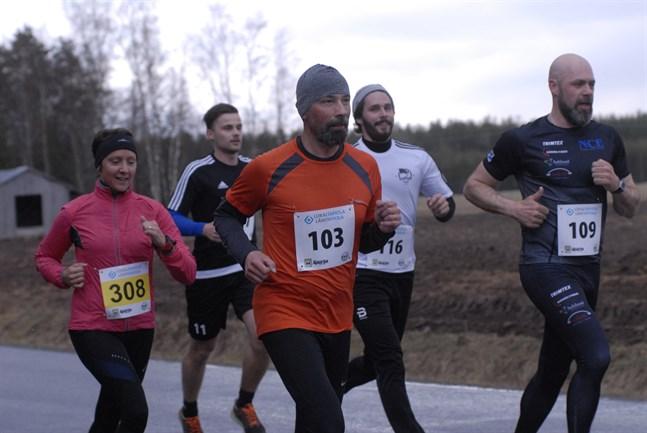 I vår behöver ingen dra på sig löpardresssen för att löpa i Bastucupen. Här är det Niklas Asplund som drar klungan före Fredrik Rosenberg (nr 116), Peik Renvall (103) och Gun Hassila (308).