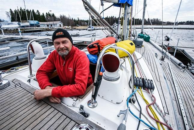 Tre år av förberedelser är slut. Mikael Hermansson ombord på Ardnagee i Jakobstad.