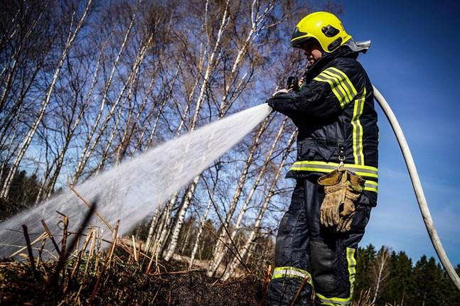 Varje vår är brandkåren tvungen att rycka ut för att släcka bränder i skog och mark.