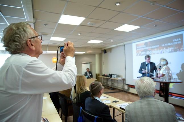 172 glada pensionärer kan inte ha fel - det är roligt att samlas på parlament i Vasa. Här lyssnar de på en föreläsning med Esko Aho.