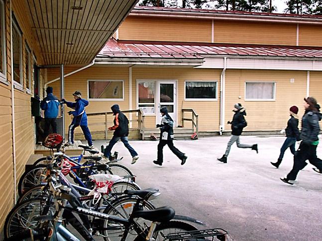 Lappfors skola byggdes på sjuttiotalet och hade återkommande problem med fuktskador. År 2011 tog slutligen rivningsbeslutet.