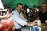 Legas ledare Matteo Salvini lägger sin röst på regeringsprogrammet han har förhandlat fram, i Milano.