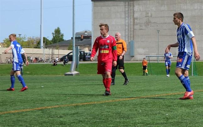 Adam Marhiev (till höger) med HJK:s B-juniorer mot Jaro och Marcus Forsman 2018.