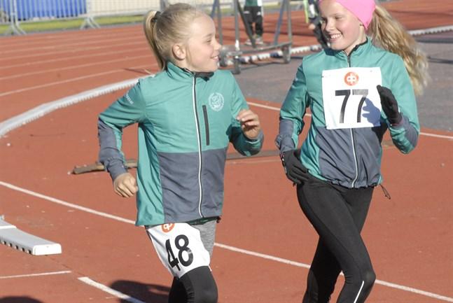 Agnes Skytte och Mollie Wikman trivdes på Ärevarvet 2018.