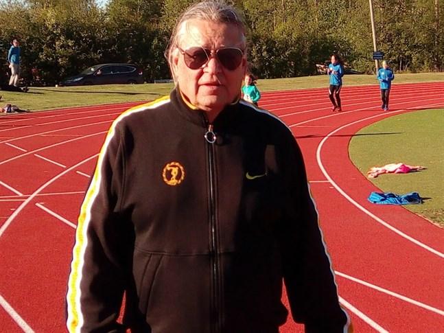 Seppo Järvelä framhåller att de inte bara är friidrottsfolket som kan dra nytta av en ordentlig löparbana.