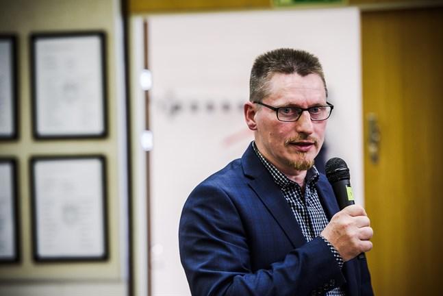 Mikael Lindvall leder stadsfullmäktige i Nykarleby och vill nu också leda SFP-kretsen.