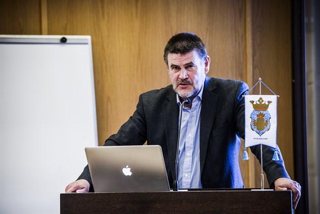 Karl-Erik Wikström, ordförande för tekniska nämnden, lovar att en ny byggnadschef ska anställas, men sannolikt först till hösten.