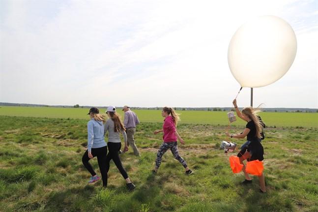 De har byggt minisatelliter, sytt orangefärgade fallskärmar, lagat energistänger till mellanmål och nu är det dags att släppa iväg ballongerna. Nästa år fortsätter rymdprojektet, som förhoppningsvis avslutas med en Floridaresa. Tracey Haga håller i ballongen.