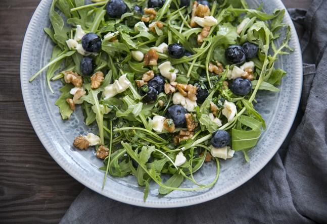 Ruccolasallad med blåbär och valnötter.