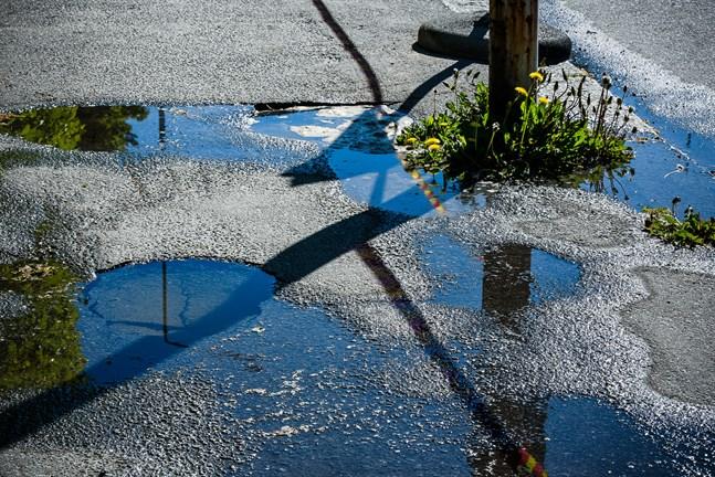 En massiv vattenläcka har stängt av vattenförsörjningen i Kiviniity-området i Karleby.
