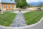 Hemslöjdsgårdens gårdsplan i Kristinestad har fått ett nytt utseende. Konstverket är utformat av Maria Nordbäck.