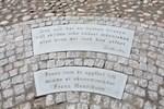 På gårdsplanen har man till minne av grundaren för hemslöjdsföreningen i Kristinestad, Frans Henrikson, låtit göra  ett minnesmärke.