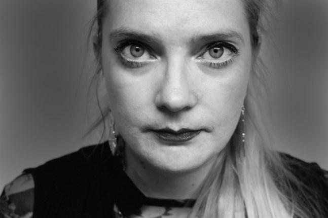 Pauliina Pesonen är född 1977 och uppväxt i Karleby. Hon är magister i bildkonst.