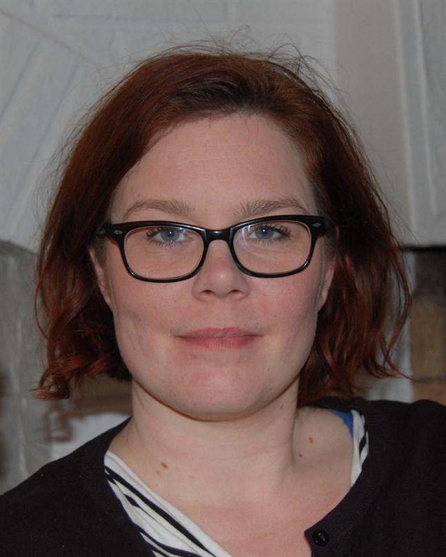 Jolin Slotte är född 1977 och uppvuxen i Karleby. Hon är doktorand i litteraturvetenskap och debuterade som författare 2011.