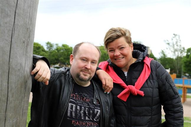 Micael Westerholm och Karin Äijö arrangerar en barnfest i Skeppsparken i Vasa.