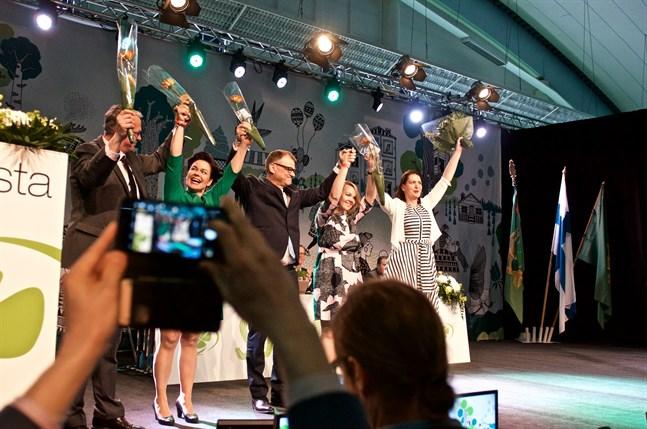 Centerns högsta ledning består av ordförande Katri Kulmuni (andra från höger), vice ordförande Juha Rehula, Hannakaisa Heikkinen och Petri Honkonen (saknas på bild) samt partisekreterare Riikka Pirkkalinen (längst till höger). På bilden syns även tidigare ordförande Juha Sipilä. Bilden är tagen under Centerns partikongress i Sotkamo 2018.