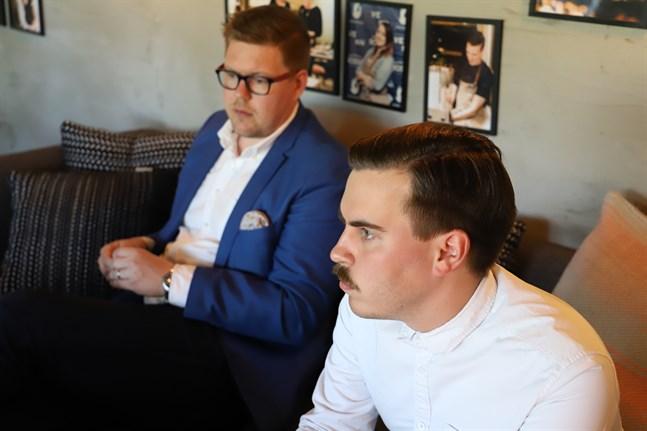 Matias Mäkynen blir riksdagsledamot på tisdag. Här är han i Vasa tillsammans med Antti Lindtman, en av dem som spekulerats kunna bli statsminister om Antti Rinne avgår.