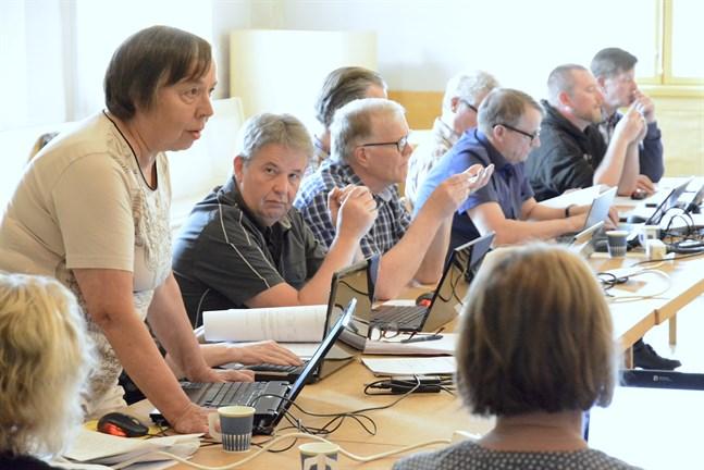 Mirja Högstrand ansåg att utredningen med Närpes ska fortsätta nu. Bänkgrannarna Juhani Holm och Sakari Mäntysaari var av annan åsikt.