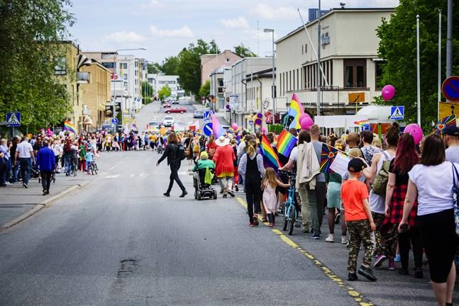 Så här såg det ut under Prideparaden i Karleby i juni 2018.