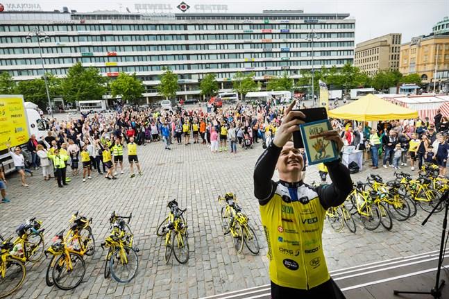 Så här såg det ut i slutet av juni 2018 då Team Rynkeby Vaasa startade mot Paris. I år blir det i stället Tour de Pohjanmaa, med start vid Norrvalla på torsdag. Lagkaptenen Jari Lemberg från Oravais närmast i bild.