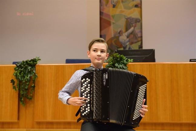 Accordeonisten Johannes Koivisto hör till de unga instrumentalister som medverkar i konserten.